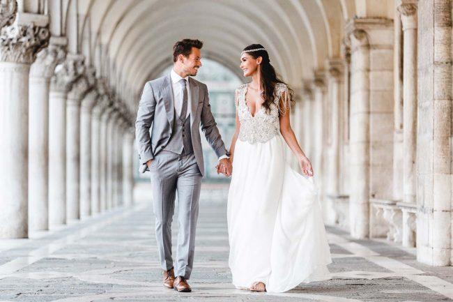 Brautpaar gleichzeitig modern und im Charme vergangener Tage