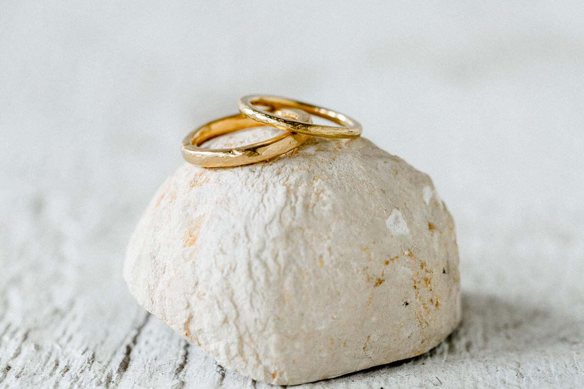 Trauringe-Eheringe aus 900/- Gold-feingoldfarbe-geschmiedete Oberflaeche