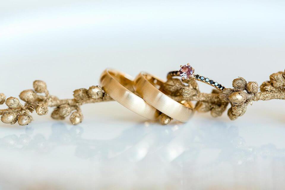 Trauringe-Eheringe aus Gold mit matter Oberflaeche-Vorsteckring mit rosa Saphir und schwarzen Diamanten