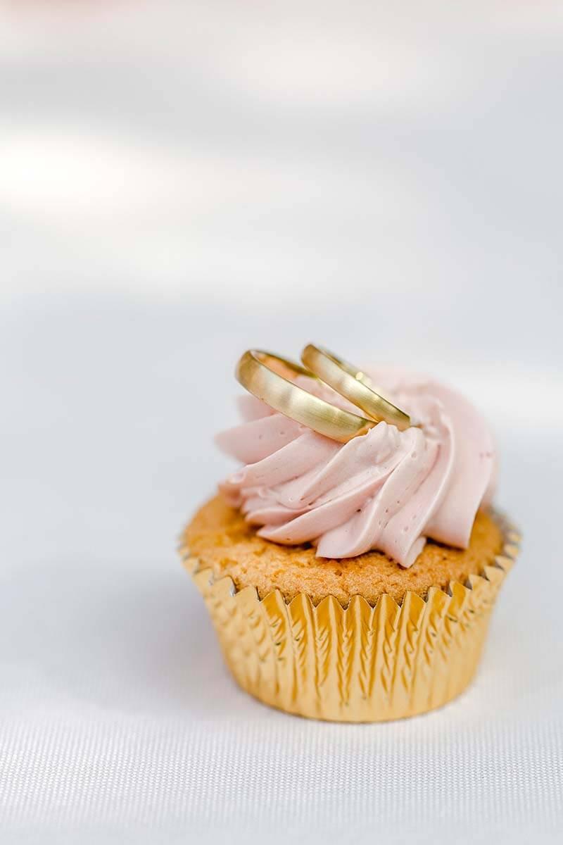 Trauringe-Eheringe aus Gold mit matter Oberfläche, schlichte und klassische Ringe mit ovaler und flacher Grundform