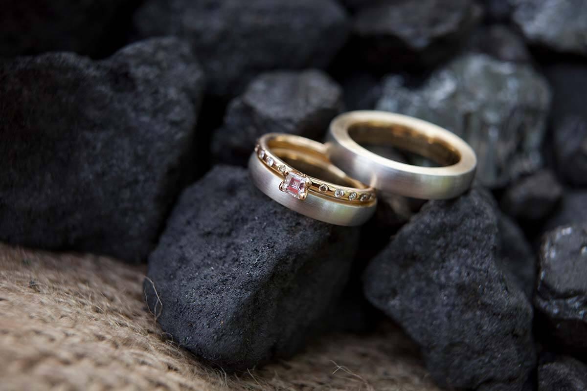 Trauringe-Eheringe-Platin und Gold-zweifarbig und matt-innen und seitlich poliert-Vorsteckring mit Diamant und Brillanten