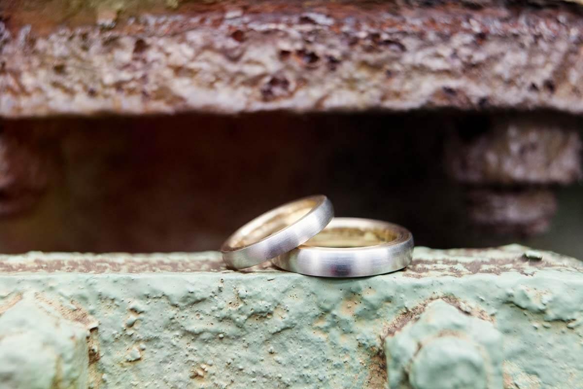 Trauringe-Eheringe aus Platin und Gold-zweifarbig und matt-innen und seitlich poliert
