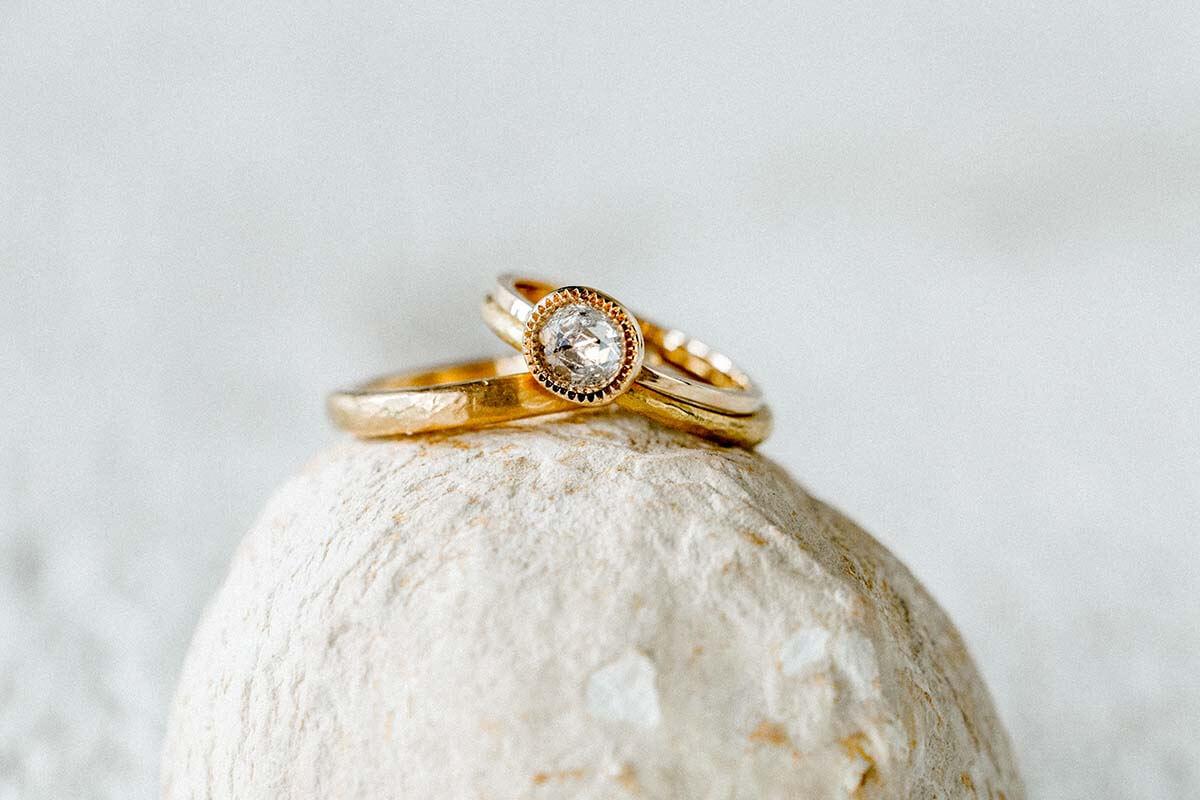Trauringe-Eheringe und Verlobungsring aus 900/- Gold- Feingoldfarbe-geschmiedete Oberfläche- Vorsteckring mit Diamantrose