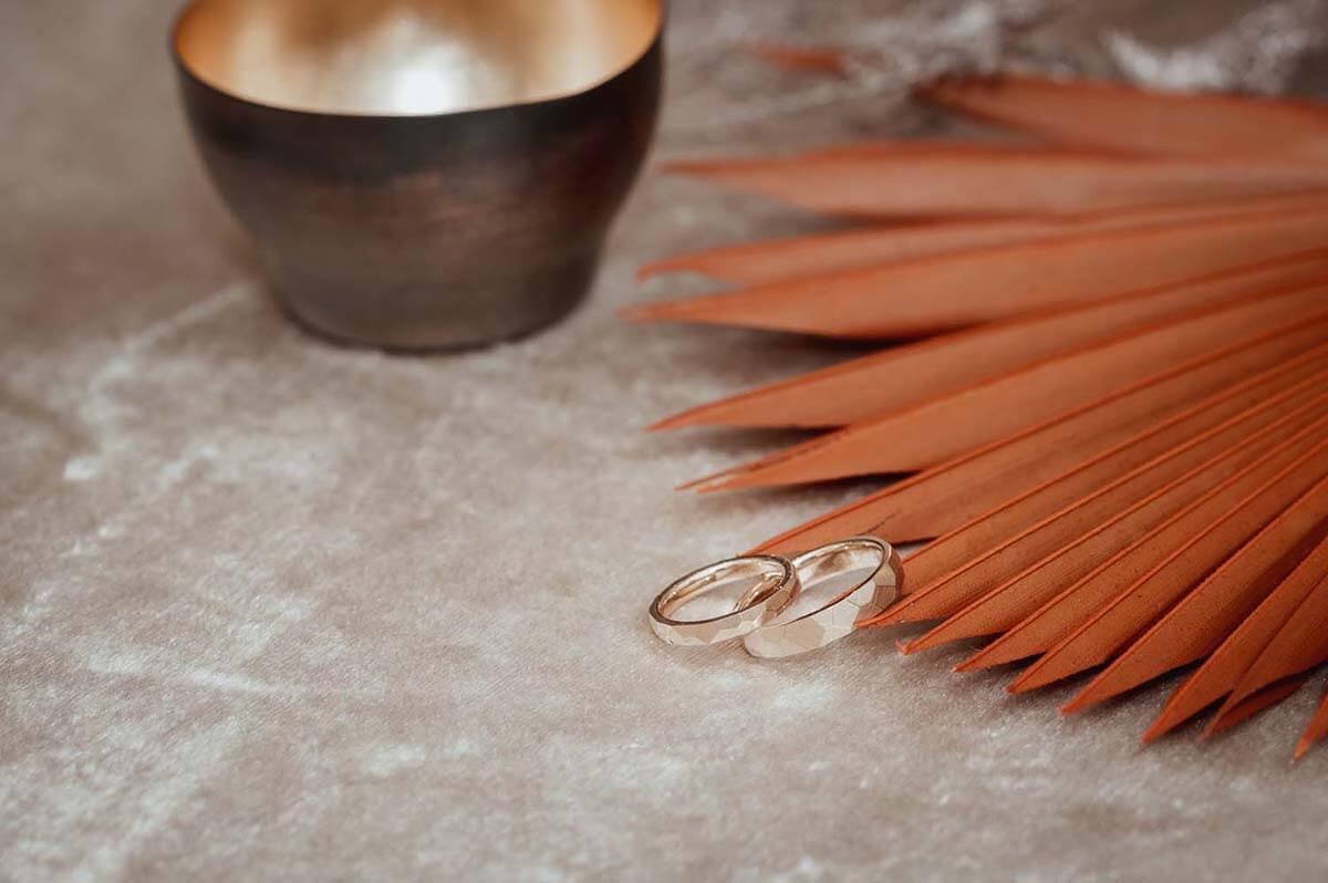 Trauringe-Eheringe aus Rosegold geschmiedet mit Facetten-matt