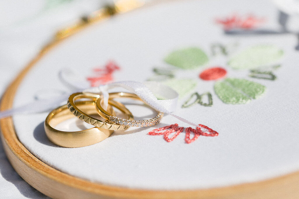 Vorsteckringe aus Gold mit Brillanten und Muster, matter Ehering