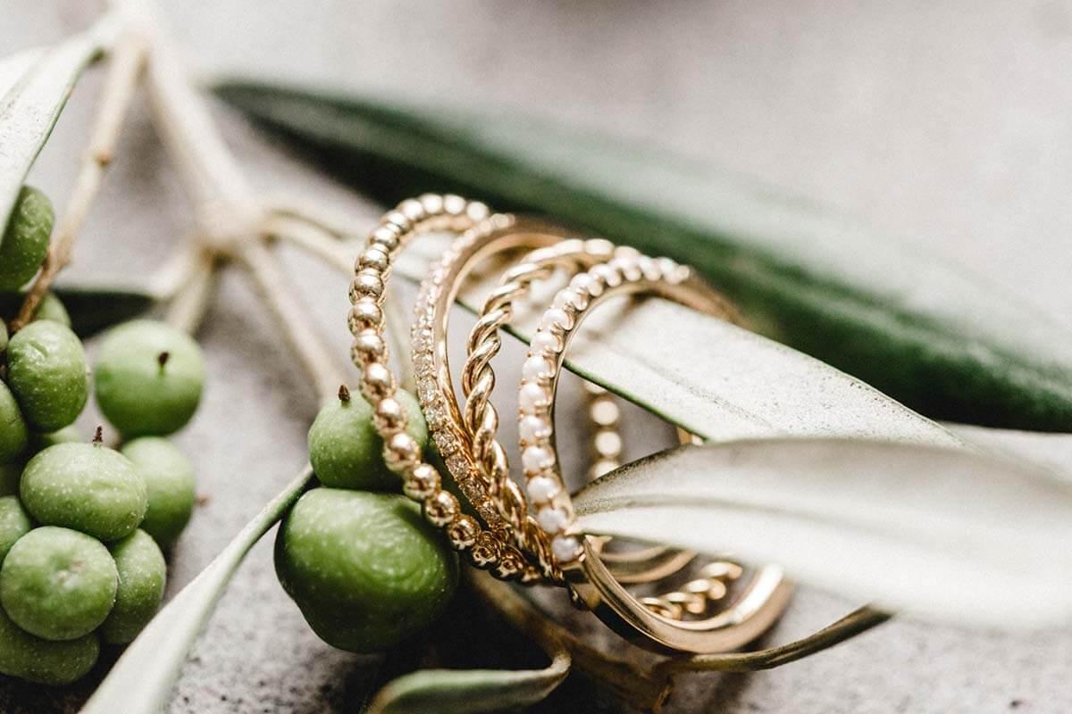 Vorsteckringe aus Gold mit Brillanten, Perlen, Kugeln, gedreht