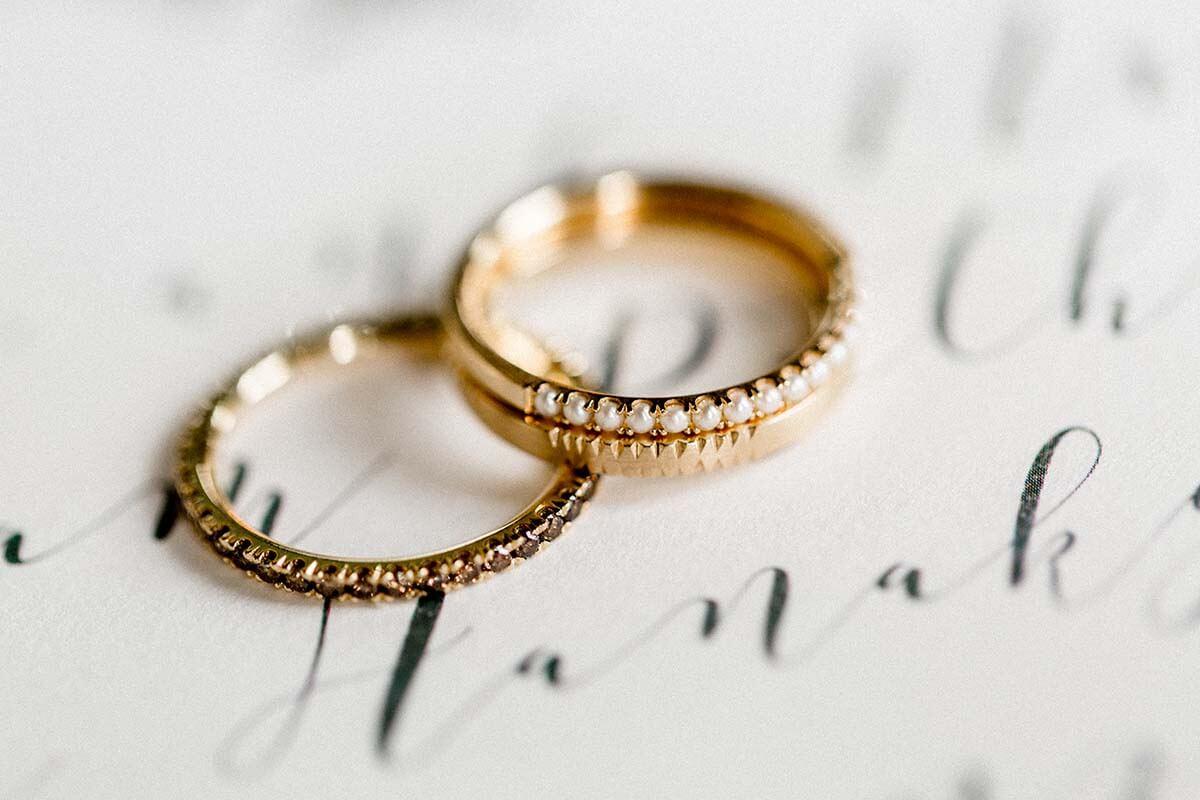 Vorsteckringe aus Gold mit Perlen, farbigen Brillanten und Muster