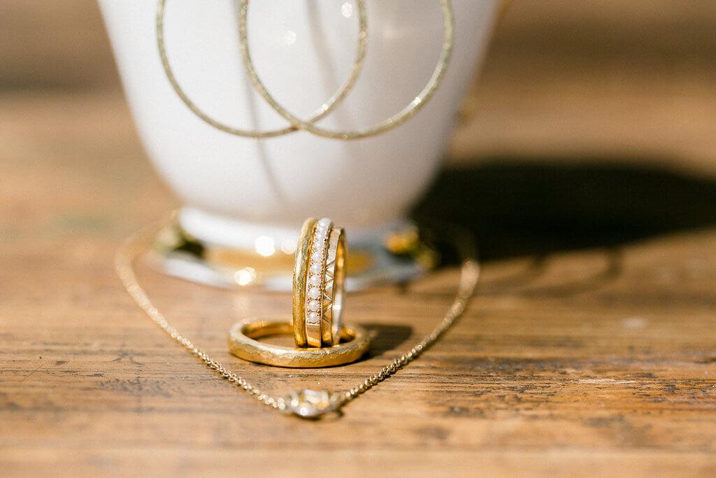 Vorsteckringe aus Gold mit Perlen und Struktur, Eheringe, Kette