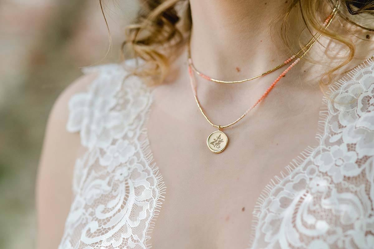 Brautschmuck aus Gold, Anhänger mit Lasergravur und Kette mit Koralle