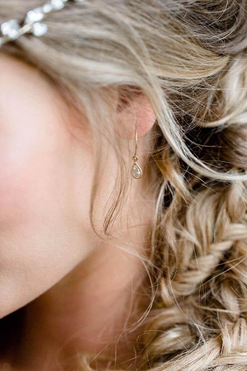 Brautschmuck aus Gold, Ohrhänger mit zarten gelben Diamanttropfen