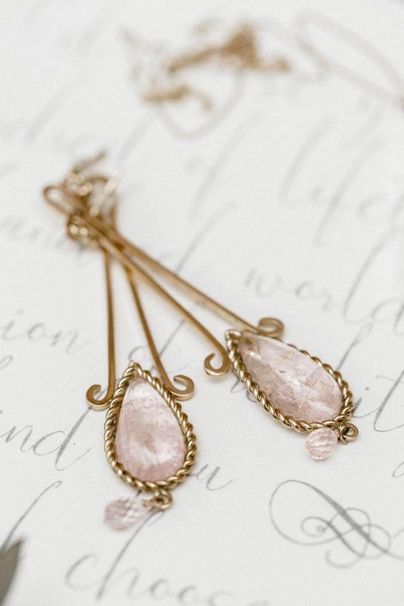 Brautschmuck aus Gold, lange Ohrringe mit Rosenquarz